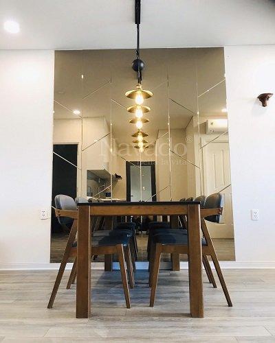 Gương màu trà ghép tường trang trí bàn ăn